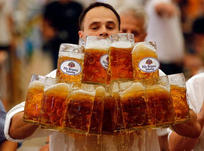Ο παγκόσμιος ρέκορντμαν στο... «πιάσε μια μπύρα»! | Φωτογραφία της ημέρας