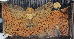 Εντυπωσιακή τέχνη με στοίβες από ξύλα