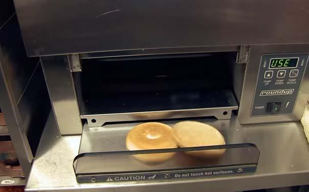 Βήμα βήμα η δημιουργία ενός cheeseburger (9)