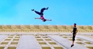 Χορεύοντας στον εξωτερικό τοίχο ενός δημαρχείου (Video)