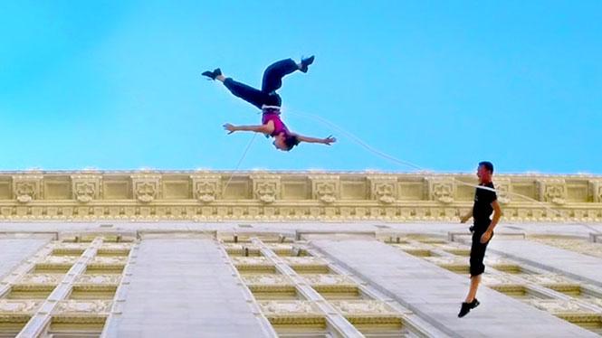 Χορεύοντας στον εξωτερικό τοίχο ενός δημαρχείου