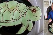 Μπαμπάς φτιάχνει χρωματιστές τηγανίτες σε σχήματα ζώων για τον γιο του (1)
