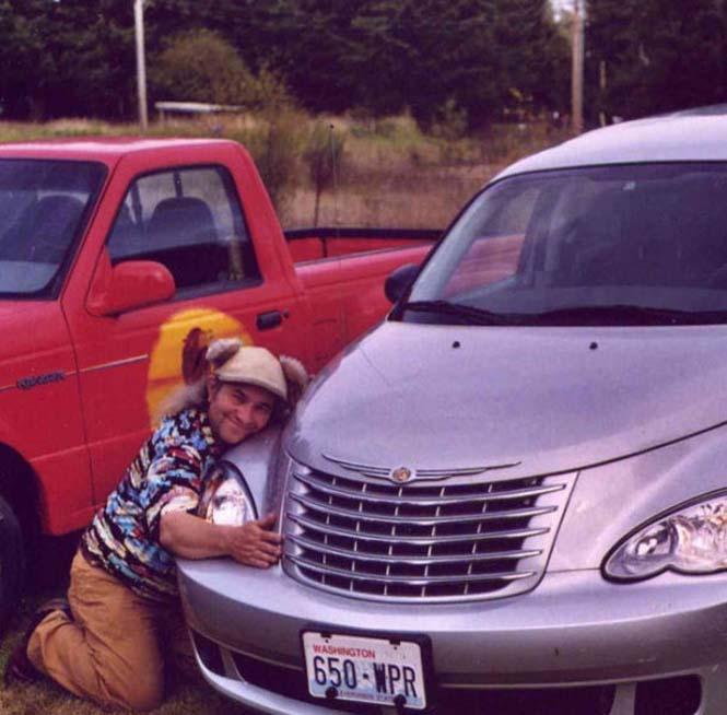Αυτός ο άνδρας αγαπάει τα αυτοκίνητα λίγο παραπάνω απ' όσο πρέπει (6)