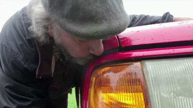Αυτός ο άνδρας αγαπάει τα αυτοκίνητα λίγο παραπάνω απ' όσο πρέπει (17)