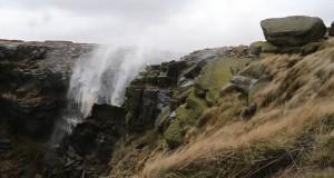 Όταν ο άνεμος είναι τόσο ισχυρός που κάνει έναν καταρράκτη 30 μέτρων να γυρίζει ανάποδα (Video)