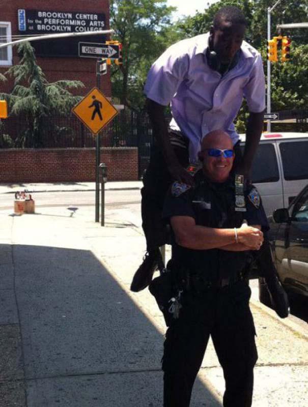 Αστυνομικοί που δίνουν το καλό παράδειγμα (18)