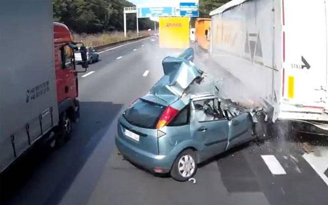 Το αυτοκίνητο του έγινε θρύψαλα αλλά ο οδηγός βγήκε ζωντανός