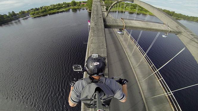 Διασχίζοντας μια γέφυρα με τον πιο ριψοκίνδυνο τρόπο
