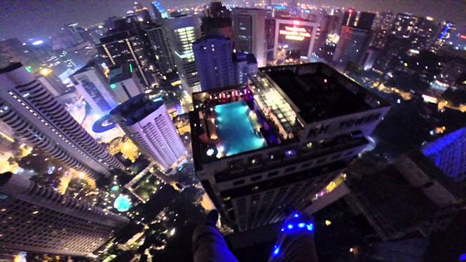 Εισβάλλοντας σε ένα rooftop pool party με τον πιο απίστευτο τρόπο