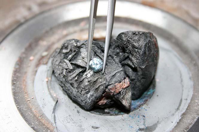 Ελβετική εταιρεία μετατρέπει αποτεφρωμένα λείψανα σε διαμάντι (2)