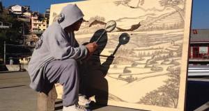 Καλλιτέχνης δημιουργεί απίστευτα έργα τέχνης με το φως του ήλιου και έναν μεγεθυντικό φακό