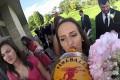 Ένας γάμος από την οπτική ενός μπουκαλιού ουίσκι (Video)