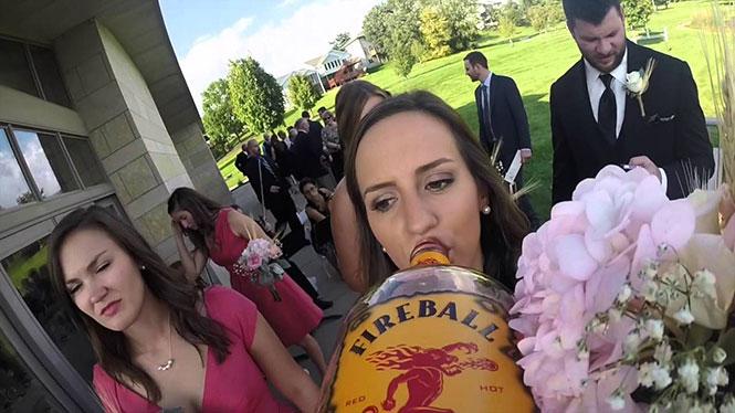 Ένας γάμος από την οπτική ενός μπουκαλιού ουίσκι