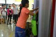 Μια γυναίκα πήρε την κατάσταση στα χέρια της όταν το ATM κράτησε την κάρτα της (1)
