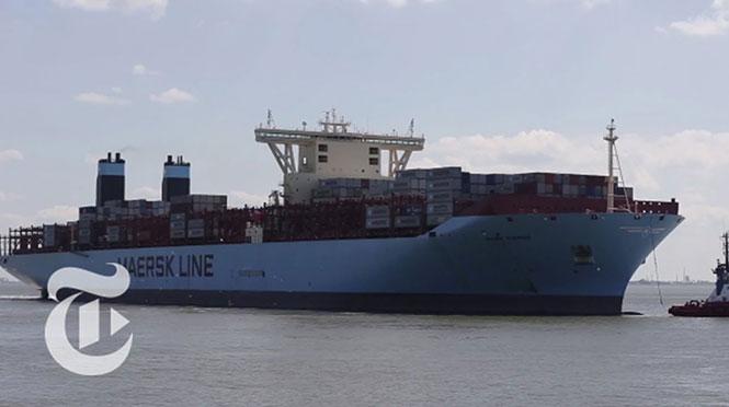 Πάνω σε ένα από τα μεγαλύτερα πλοία container στον κόσμο