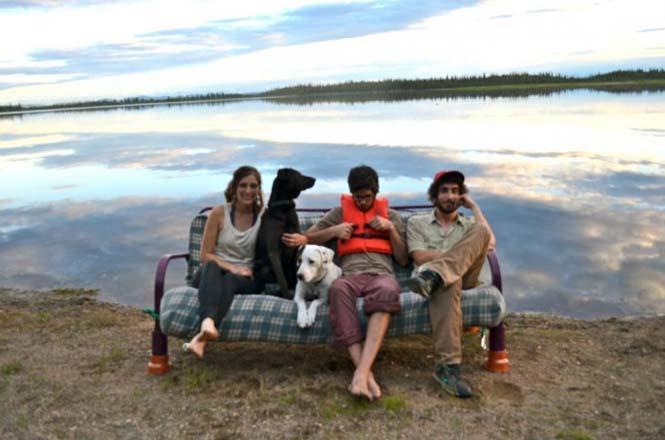 Παρέα βρήκε έναν απίστευτο τρόπο να περάσει το καλοκαίρι στον καναπέ (1)