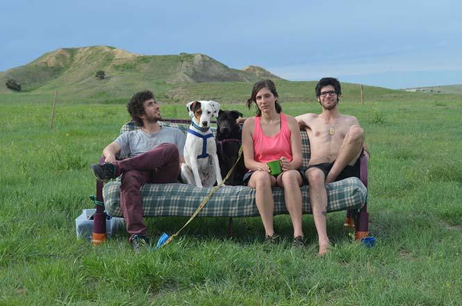 Παρέα βρήκε έναν απίστευτο τρόπο να περάσει το καλοκαίρι στον καναπέ (3)