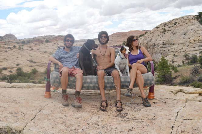 Παρέα βρήκε έναν απίστευτο τρόπο να περάσει το καλοκαίρι στον καναπέ (4)