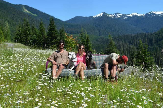 Παρέα βρήκε έναν απίστευτο τρόπο να περάσει το καλοκαίρι στον καναπέ (5)