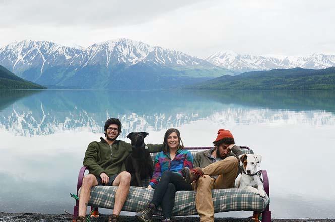 Παρέα βρήκε έναν απίστευτο τρόπο να περάσει το καλοκαίρι στον καναπέ (7)
