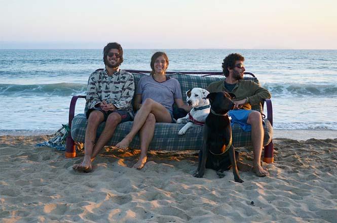 Παρέα βρήκε έναν απίστευτο τρόπο να περάσει το καλοκαίρι στον καναπέ (8)