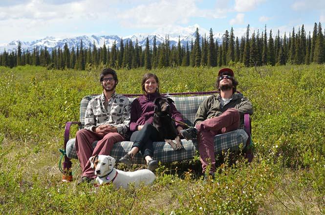 Παρέα βρήκε έναν απίστευτο τρόπο να περάσει το καλοκαίρι στον καναπέ (9)