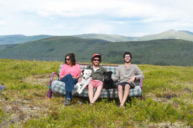 Παρέα βρήκε έναν απίστευτο τρόπο να περάσει το καλοκαίρι στον καναπέ (11)