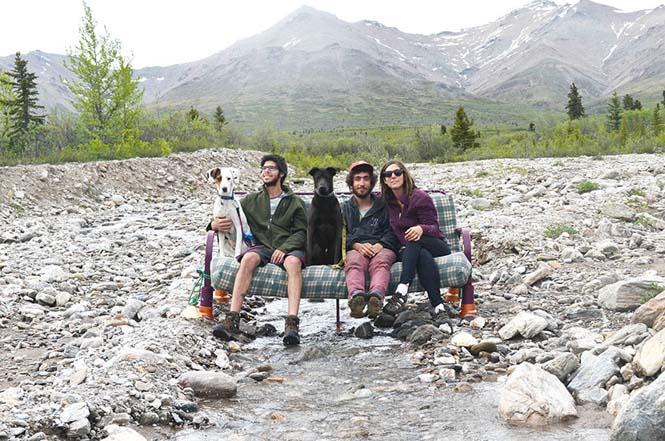 Παρέα βρήκε έναν απίστευτο τρόπο να περάσει το καλοκαίρι στον καναπέ (12)