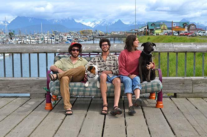 Παρέα βρήκε έναν απίστευτο τρόπο να περάσει το καλοκαίρι στον καναπέ (14)