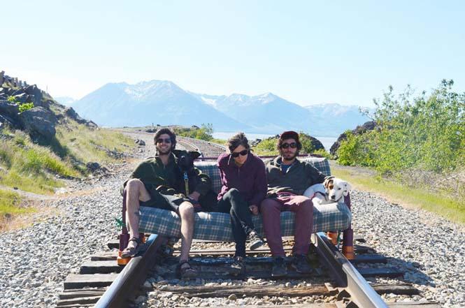 Παρέα βρήκε έναν απίστευτο τρόπο να περάσει το καλοκαίρι στον καναπέ (16)