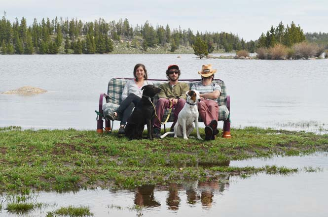 Παρέα βρήκε έναν απίστευτο τρόπο να περάσει το καλοκαίρι στον καναπέ (17)