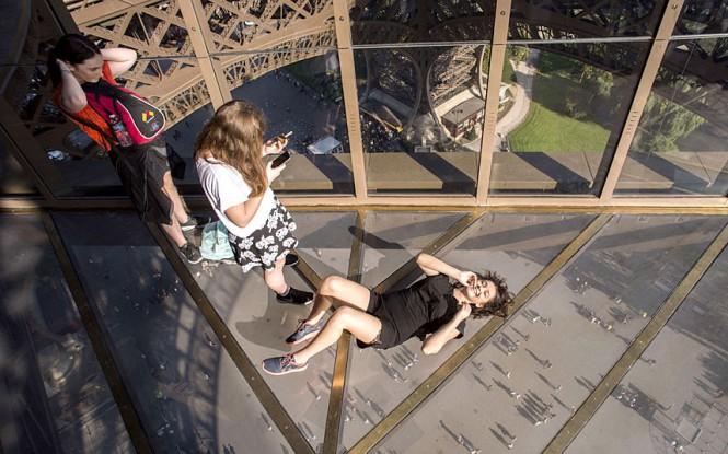 Ο Πύργος του Άιφελ απέκτησε νέο γυάλινο πάτωμα   Φωτογραφία της ημέρας