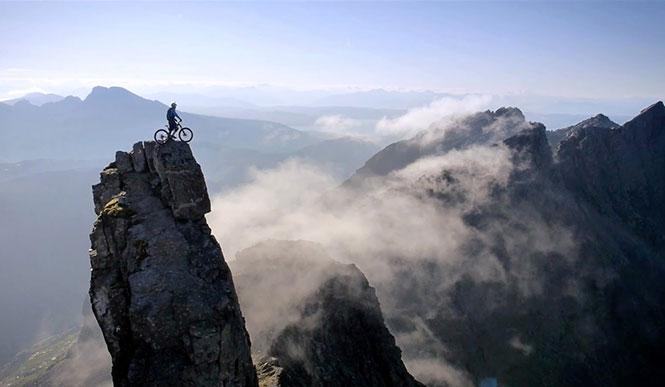 Ποδηλάτης που αψηφά τον θάνατο