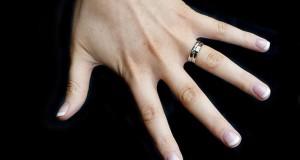 Πως να αφαιρέσετε ένα δαχτυλίδι με οδοντικό νήμα (Video)