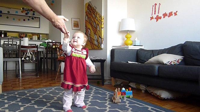 Time-lapse μωρού που μαθαίνει να περπατάει