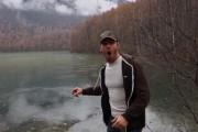 Τρελάθηκε με τον απόκοσμο ήχο που κάνει μια πέτρα όταν πέφτει σε παγωμένη λίμνη