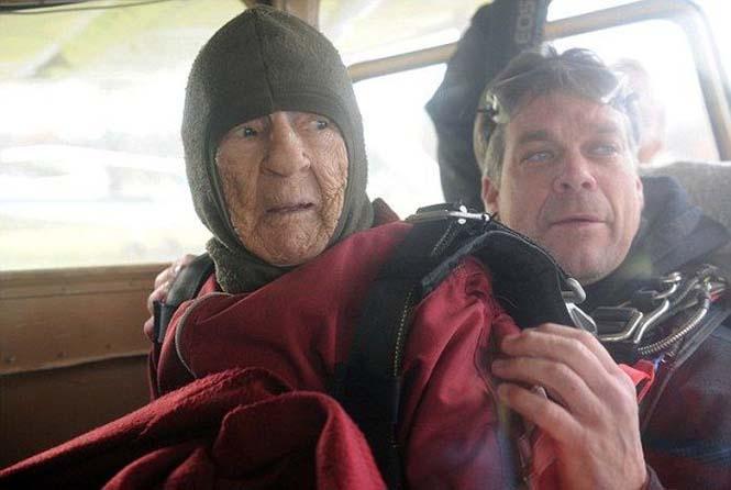 100χρονη γιόρτασε τα γενέθλια της κάνοντας skydiving (3)