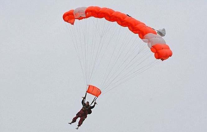 100χρονη γιόρτασε τα γενέθλια της κάνοντας skydiving (4)