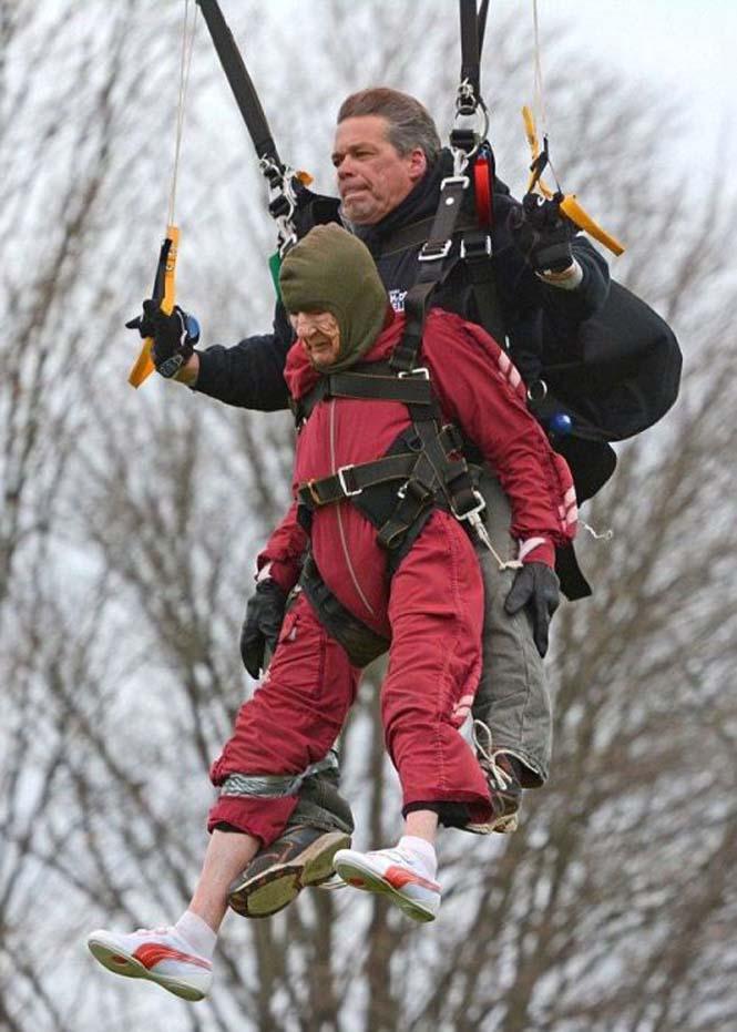 100χρονη γιόρτασε τα γενέθλια της κάνοντας skydiving (6)