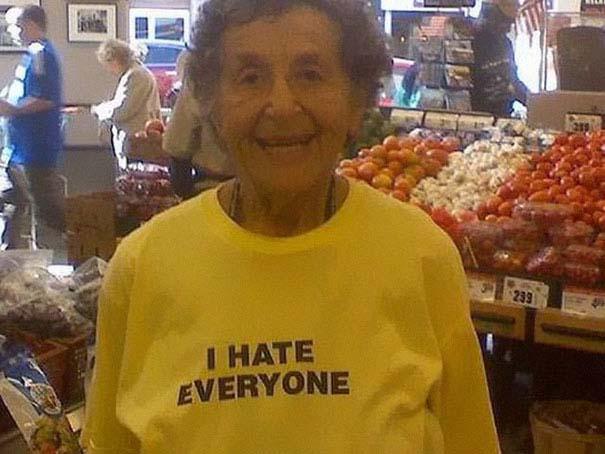 Ηλικιωμένοι με αστεία μπλουζάκια (14)