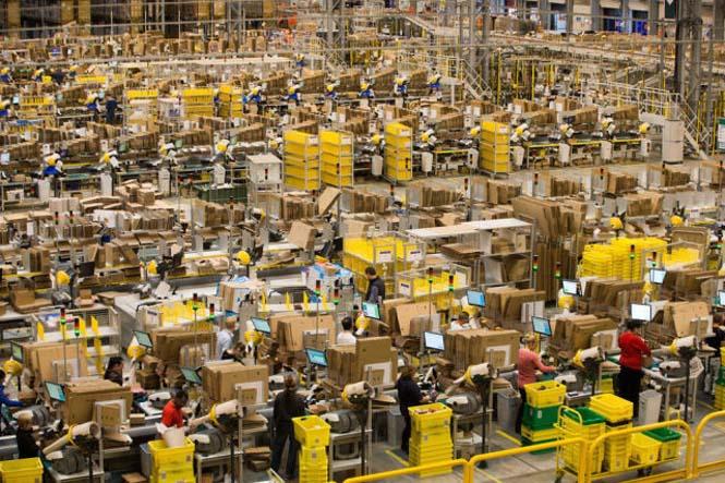 Μια αποθήκη της Amazon ένα μήνα πριν τα Χριστούγεννα (2)