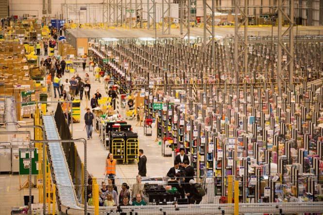 Μια αποθήκη της Amazon ένα μήνα πριν τα Χριστούγεννα (7)