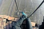 Σκαρφαλώνοντας σε μια καμινάδα ύψους 280 μέτρων χωρίς εξοπλισμό ασφαλείας