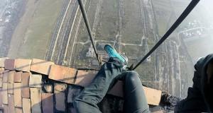 Σκαρφαλώνοντας σε μια καμινάδα ύψους 280 μέτρων χωρίς εξοπλισμό ασφαλείας (Video)
