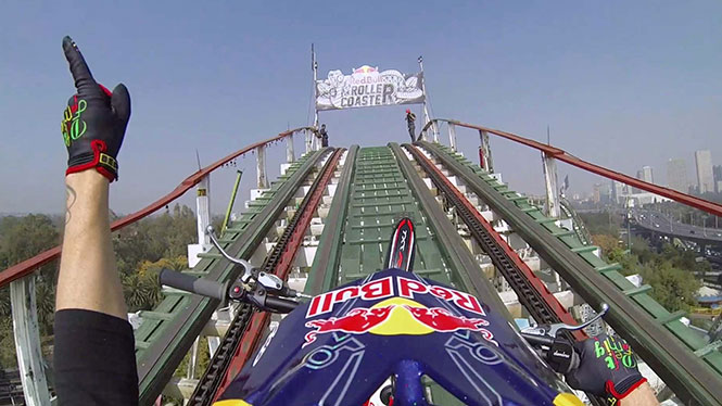 Ανεβαίνοντας σε ένα roller coaster με μοτοσυκλέτα