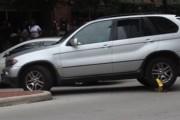 Γυναίκα αδιαφορεί για τον κλειδωμένο τροχό στην BMW της - ξεκινάει ούτως ή άλλως