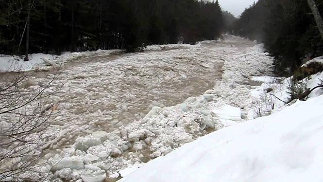 Η στιγμή που ένα παγωμένο ποτάμι αρχίζει να ρέει