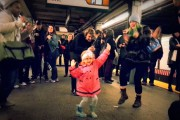 Κοριτσάκι ξεκινάει χορευτικό πάρτι στο μετρό της Νέας Υόρκης