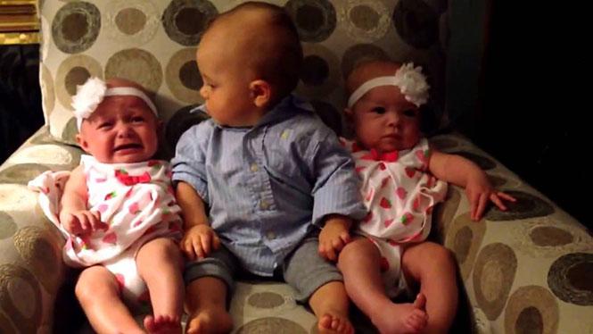 Η ξεκαρδιστική αντίδραση ενός μπόμπιρα που βρέθηκε για πρώτη φορά ανάμεσα σε δίδυμα μωρά