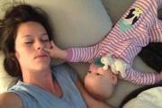 Μαμά προσπαθεί να κοιμηθεί με μωρό
